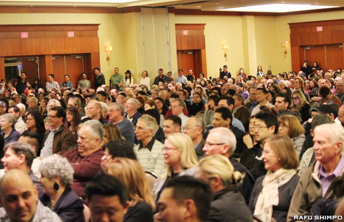 800人以上の住民が集結し、ブラッド・シャーマン下院議員ら地元政治家、弁護団、環境・医療の専門家らを集めタウンミーティグが行われた=22日、ウッドランドヒルズ