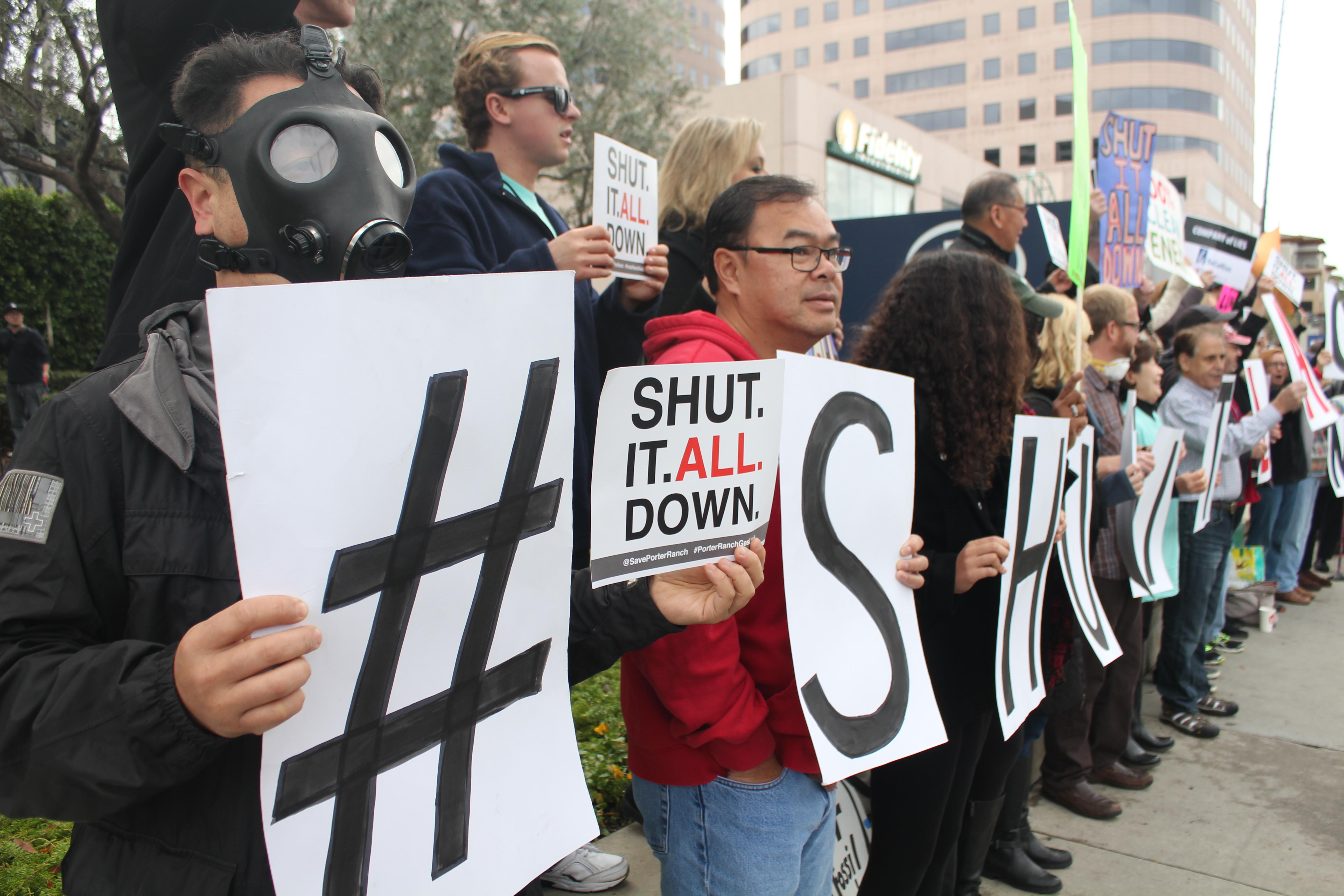 公聴会開始前にもガス貯蔵施設の閉鎖をもとめる住民たちが結集し、抗議集会が行われた(写真=吉田純子)