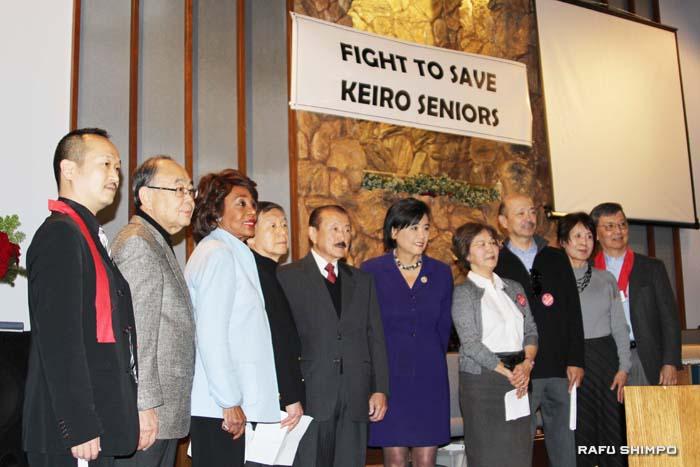 記者会見を兼ねた特別集会で、「守る会」代表のチャールズ井川氏(左から2人目)、マキシン・ウォータース連邦下議(同3人目)とジュディー・チュウ連邦下議(同6人目)ら