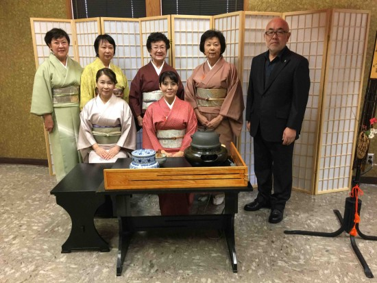 Members of Keiwakai Group presented a tea ceremony.