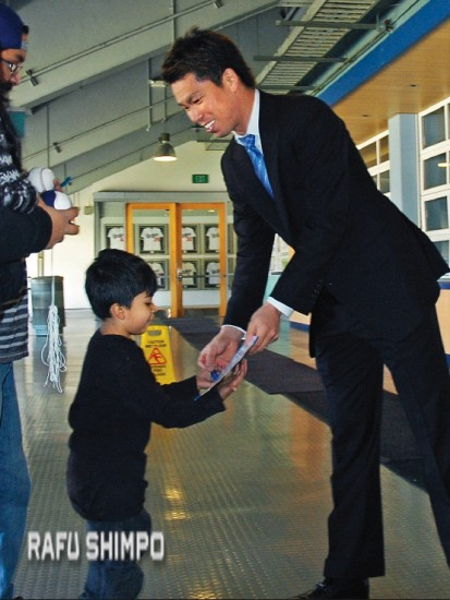 After the press conference, Kenta Maeda gave his first official autograph as a Dodger, to young fan Presley Roa.