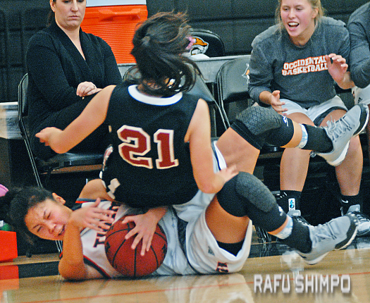 Oxy's Dru Ishibashi crashes to the floor, only to have the Panthers' Jaime Hum-Nishikado come crashing down on top of her. (MIKEY HIRANO CULROSS/Rafu Shimpo)