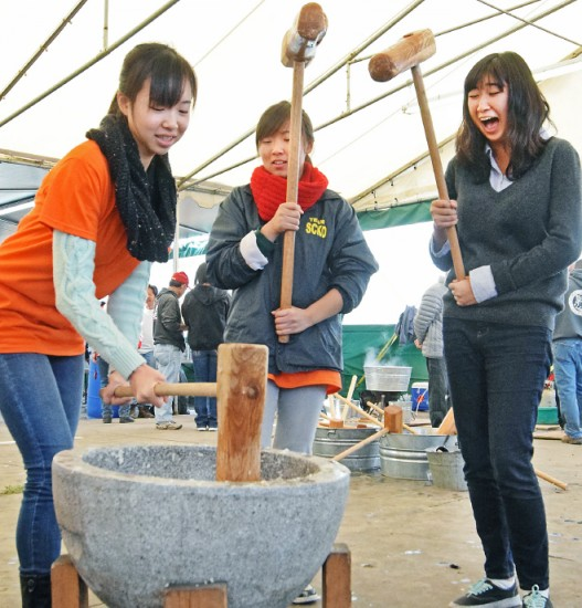 Haruna Kubo, right, gets a kick out of Kana Okafuji's efforts, as Jill Harasawa looks on.