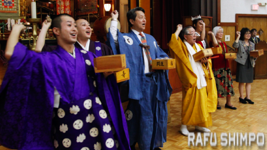 Koyasan Buddhist Temple members throw soybeans for Setsubun. (MARIO G. REYES/Rafu Shimpo)