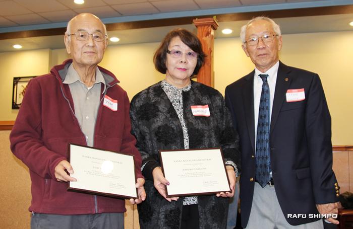 功労賞を受賞した武市トム、治子夫妻とフランク川瀬会長(右端)