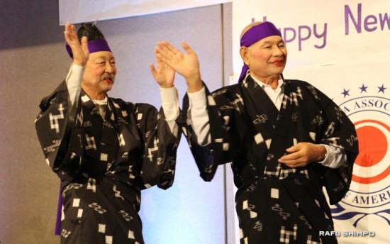 國吉会長(右)や男性理事たちが女装して踊りを披露。会場は笑いのうずに。