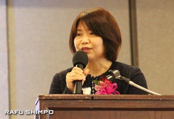「第6回世界のウチナーンチュ大会」をアピールするため沖縄県庁からやってきた川上睦子事務局長