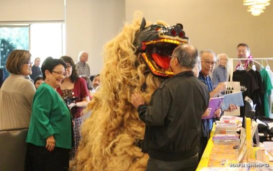 参加者と触れ合う、沖縄北部の金武(きん)町伝統の獅子舞