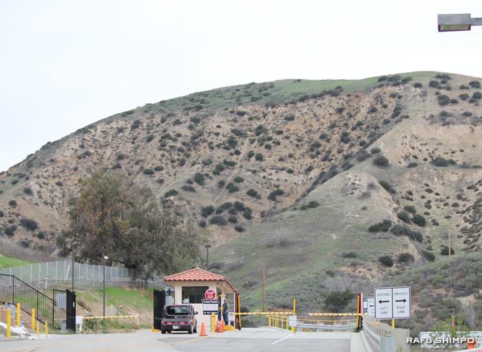 ポーターランチにあるSoCalGasの施設入り口。小さなゲートがあるだけで、山の奥にガス施設があることは想像がつきにくい