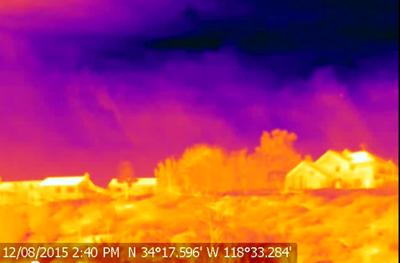 同じ住宅地を赤外線カメラで見た時の様子。ピンク色に映しだされている部分がメタンガス。住宅街を覆うようにして漏出を続けていたが11日に暫定的に停止された=昨年12月8日撮影(PorterRanchLawsuits提供)