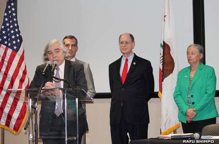 老朽化したガス貯蔵施設に関する規制強化を訴えるエネルギー省のアーネスト・モニツ長官(手前左)と、意見交換会に参加した(後方左から)ガーセッティーLA市長、シャーマン連邦下院議員、パブリー加州上院議員