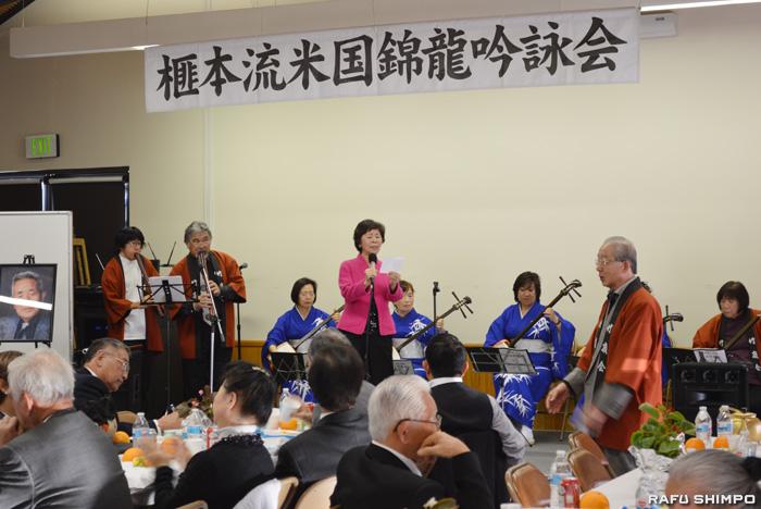 詩吟入り「武田節」を会場から飛び入りでこなす国誠会の岩井国凉師範(中央)