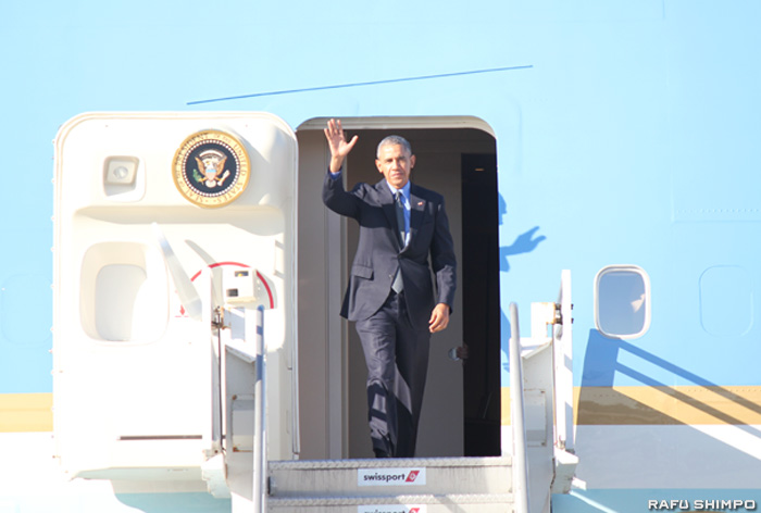 大統領専用機でLAXに到着したオバマ大統領=11日午後3時半頃