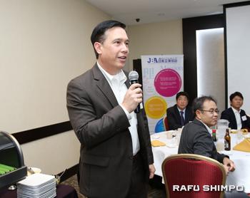 自己紹介を行い、日本での抱負を述べるプログラム参加者のヨコヤマさん