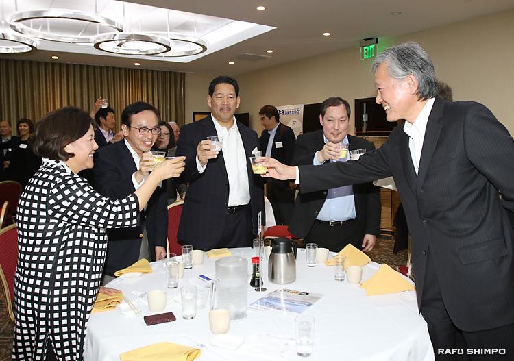 訪日プログラムの成功を祈願して乾杯する参加者。左端からヒラノ団長、JBA三宅会長。右端が堀之内秀久総領事