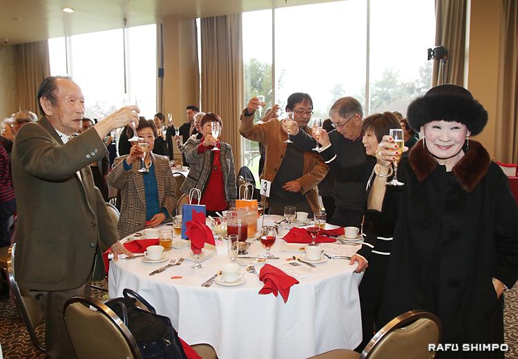 新年を祝い乾杯する参加者