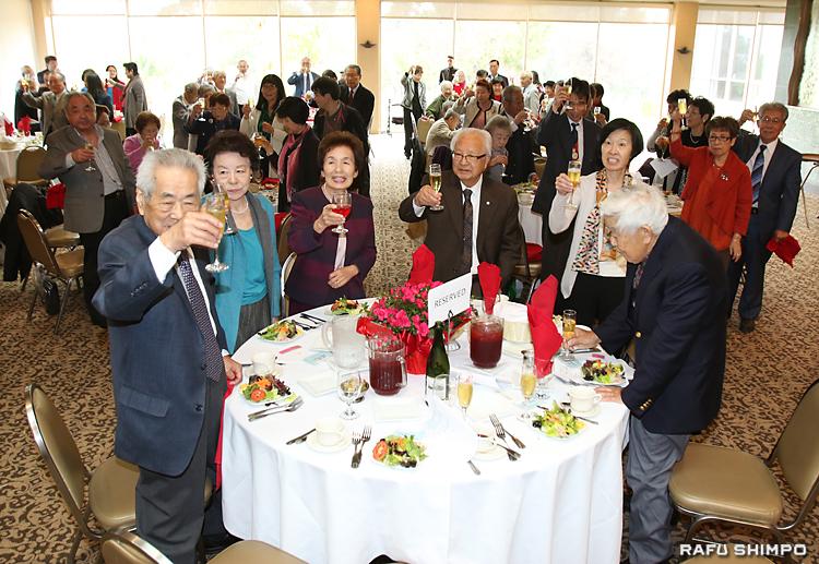 新年を祝い乾杯する広島県人会のメンバーら