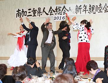 ステージに上がり、フラメンコを楽しむ参加者