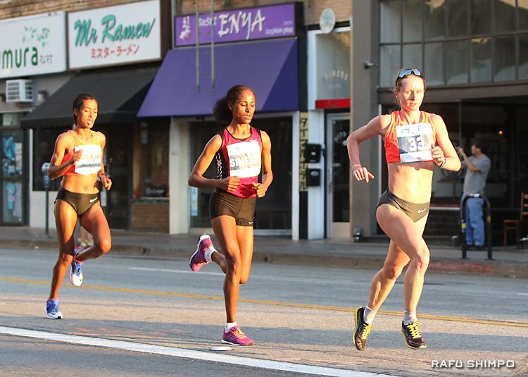 小東京のファースト・ストリートを走る女子選手3人。先頭が優勝したナタリア・レオノコバ