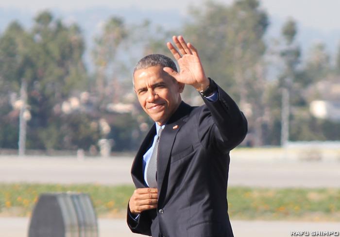 手を振るオバマ大統領=11日