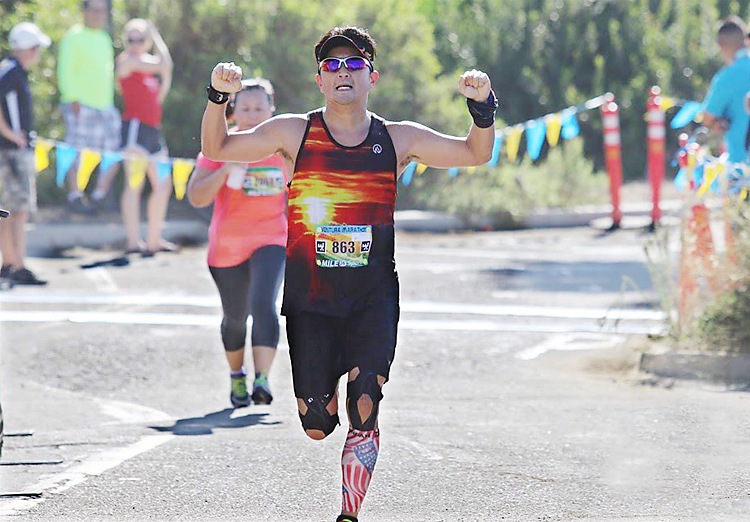 ベンチュラマラソンで、フィニッシュラインをガッツポーズで通過する鈴木さん