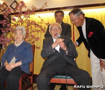 鹿児島の唄を披露する内村大道さん(中央)。左は94歳の妻のり子さん