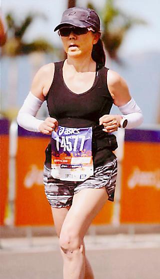 昨年のLAマラソンに参加し、ゴール付近のサンタモニカの海岸沿いを走る由美さん
