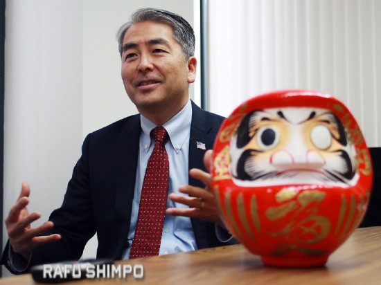 A daruma represents Al Muratsuchi's campaign for re-election to the 66th Assembly District, which includes Gardena, Hermosa Beach, Lomita, Rolling Hills, Redondo Beach and Torrance. (MARIO G. REYES/Rafu Shimpo)