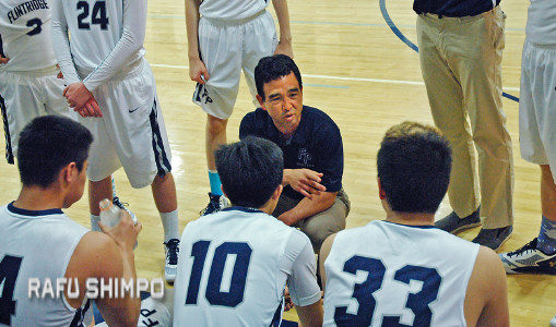 Prep head coach Garrett Ohara advises his team during a timeout. (MIKEY HIRANO CULROSS/Rafu Shimpo)