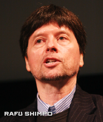 Documentary filmmaker Ken Burns, shown speaking at JANM in March 2009, will be honored at the museum's gala. (MARIO G. REYES/Rafu Shimpo)