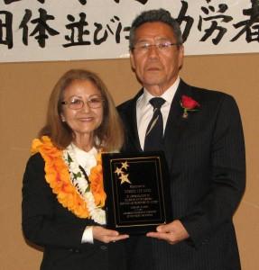 Newly installed JCCSC President Kitty Sankey thanks three-term president Yoshio Lee Aoki for his service.