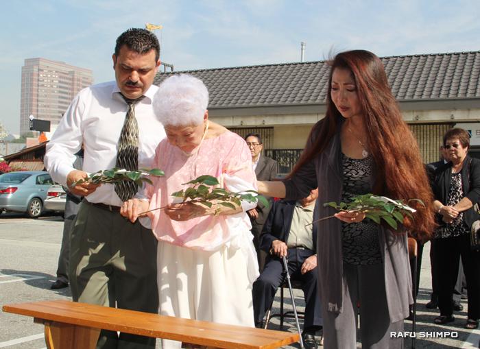 1日にホンダプラザで行われたお祓い神事。榊を奉納する店長の瓦谷愛子さん(中央)、マネジャーのキャロル谷田さん(右)とリゴベルト・マルチネスさん(左)
