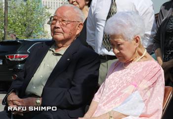 店長の瓦谷愛子さん(右)