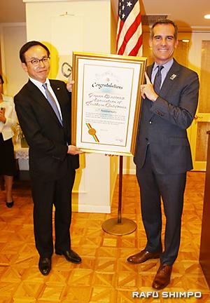 ガーセッティーLA市長(右)から表彰状を受け取る三宅会長