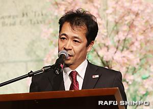 訪日者数100万人達成の協力に謝意を表する太田所長