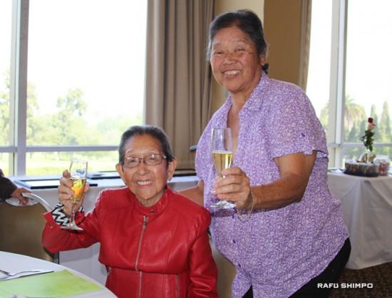 99歳の表彰を受けたタケモト・ヨシコさん(左)