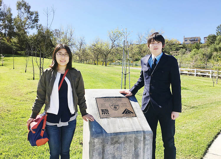 LA支部が桜の木を植樹した公園を訪れた下村さん(左)と大道さん
