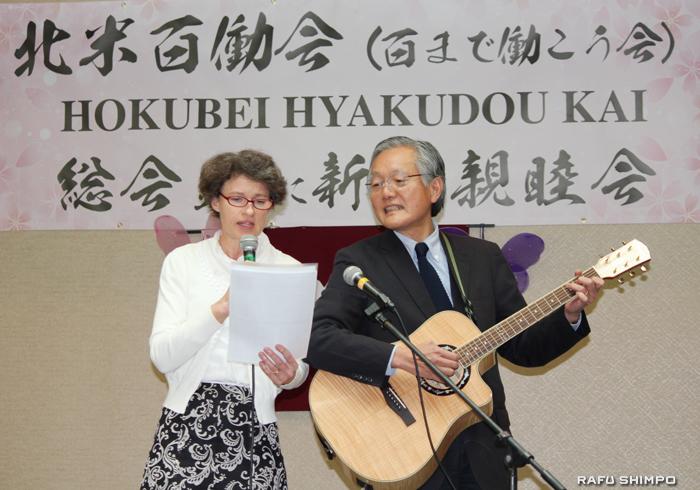 余興でギター伴奏とともにデュエットを披露した堀之内総領事(右)とサビーン夫人
