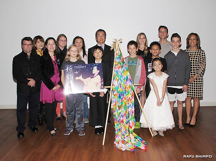 映画「折鶴2015」試写会に参加した出演者とスタッフら。前列左から2人目が曽原監督