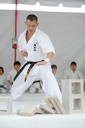 八巻空手を主宰する八巻建弐さんの実演