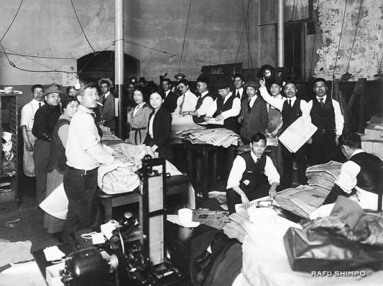 1920年代の羅府新報の様子。帽子を手に持つ右から2人目が当時の駒井社長。