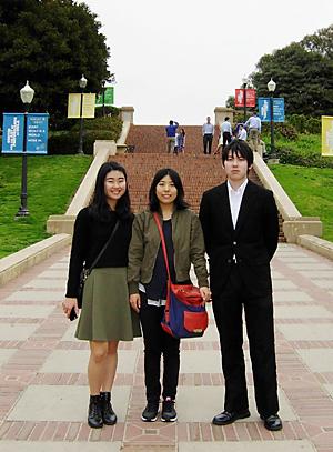 支部員の出来谷さんの娘愛里さん(左)に案内され、UCLAのキャンパスを見学する下村真央さん(中央)と、大道光輝さん(右)