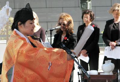 Izumi Hasegawa, senior priest of Shusse Inari Jinja, conducted a memorial service for the tsunami victims.