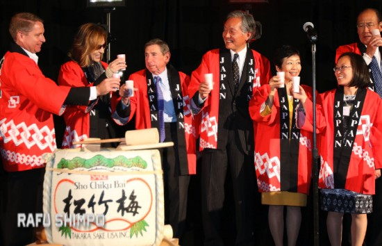 From right: Tom Iino, Leslie Ito, Yuko Kaifu, Consul General Harry Horinouchi, Mickey Kantor, Yoshiki and Doug Erber toast Japan House at the InterContinental Hotel in Century City. (JUN NAGATA/Rafu Shimpo)