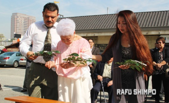 Aiko Kawaratani, owner of Rafu Bussan, Inc., Carol Tanita and Rigoberto Martinez make offerings at a ceremony for the opening of the new Rafu Bussan location in Little Tokyo's Honda Plaza on Tuesday. (NAO NAKANISHI/Rafu Shimpo)