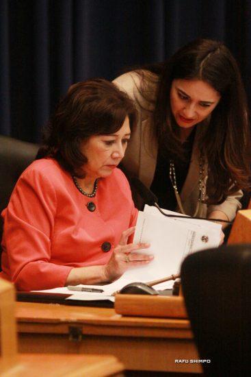 動議を提出したスーパーバイザーのヒルダ・ソリス議長(手前)
