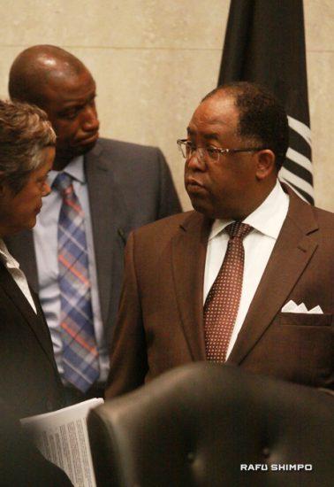 共同提案者のマーク・リドリー・トーマス副議長(右)