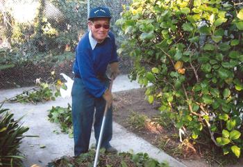 会員たちは30年にわたり献身的に敬老でのボランティアに励んだ(写真=南加庭園業連盟提供)