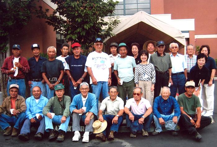 「敬老看護ホーム」で庭園の手入れを終えて記念写真。前列右から4人目が当時会長だった小山信吉さん。2007年頃撮影。(写真=南加庭園業連盟提供)