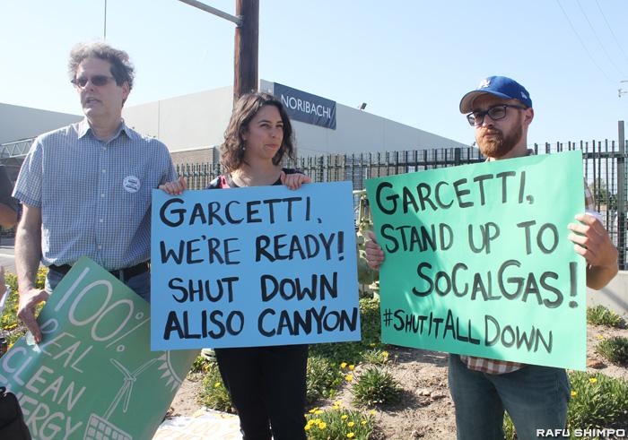 ロサンゼルス市長の施政方針演説が行われた14日、会場前でアリソ・キャニオンの施設閉鎖を訴えていた「Save Porter Ranch」のメンバー